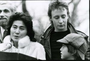 Yoko Ono, Julian Lennon, Sean Lennon 1982 NYC.jpg